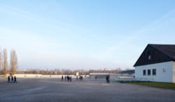 Ehemaliger Appell·platz, Rechts: Das ehemalige Wirtschafts·gebäude. Das Foto ist von 2017. (KZ-Gedenk·stätte Dachau)