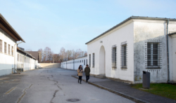 Rechts: Das ehemalige Lager·gefängnis Das Foto ist von 2017. (KZ-Gedenk·stätte Dachau)