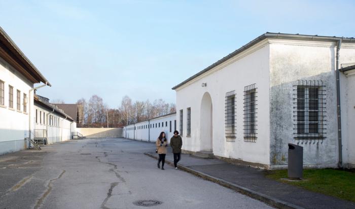 Derrière l'ancienne intendance et parallèles à celle-ci se trouvent l'ancienne « cour du bunker » et le « bunker ». L'ancien « bunker » est un bâtiment simple dont l'entrée sépare deux ailes toutes en longueur. Entre l'ancienne intendance et le « bunker » se trouve l'ancienne « cour du bunker ».