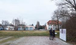Links: Die ehemalige Lager·bäckerei. Rechts: Die ehemalige Kommandantur. Das Foto ist von 2017. (KZ-Gedenkstätte Dachau)