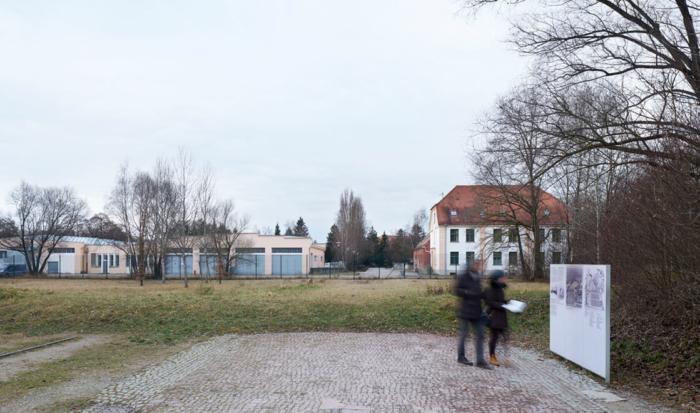 Después de que la calle de enlace entre los campos de prisioneros y el campo de la SS fuera descubierta al refaccionar el Monumento conmemorativo en 2004, actualmente, si uno está de espaldas al antiguo campo, del lado izquierdo y al frente, puede reconocer directamente la antigua panadería del campo, y a la derecha, la antigua comandancia.