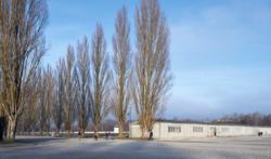 Rechts: Der ehemalige Stand·ort vom Kranken·revier. Das Bild ist von 2017. (KZ-Gedenk·stätte Dachau)