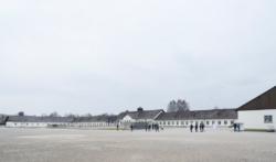 Das ehemalige Wirtschafts·gebäude. In der Mitte: Das Internationale Mahn·mal. Das Foto ist von 2017. (KZ-Gedenk·stätte Dachau)