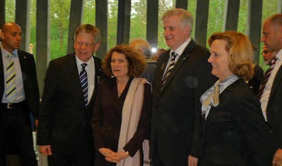 De gauche à droite: Karl Freller, directeur de la Fondation des mémoriaux bavarois, Rachel Salamander, propriétaire de la librairie Literaturhandlung, Horst Seehofer, ministre-président de l'Etat de Bavière et Karin Seehofer, son épouse, lors de l'inauguration du nouveau centre des visiteurs (Crédits photographiques: Mémorial du camp de Dachau)