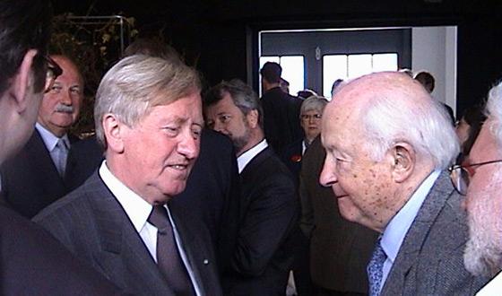 Minister kultury Hans Zehetmair (po lewej) rozmawia z ocalałym Hansem Taschnerem (po prawej) podczas otwarcia Wystawy Głównej w Muzeum – Miejscu Pamięci Dachau. (Muzeum-Miejsce Pamięci Dachau)