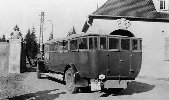 Premier convoi de prisonniers en bus devant la conciergerie de l´ancienne usine (Crédits photographiques : Archives municipales de Munich)