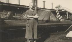 Ein Häftling auf einem Gewächs·haus von der Lager·gärtnerei. Das Foto hat ein Häftling gemacht. Das Foto war nicht erlaubt. Das Foto ist von 1944. (KZ-Gedenk·stätte Dachau)