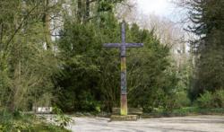 Kreuz auf dem KZ-Ehren·friedhof Leitenberg. Das Kreuz wurde 1949 aufgestellt. Das Foto ist von 2017. (KZ-Gedenk·stätte Dachau)