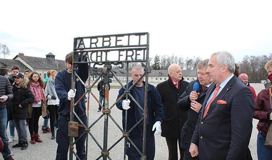 Conférence de presse sur l'ancienne place d'appel: La porte avec l'inscription «Arbeit macht frei» est exposée pour être photographiée. Elle est rouillée. À côté de la porte se tiennent Jean Michel Thomas, le président du CID, Karl Freller, le directeur de la Fondation des mémoriaux bavarois, et Ludwig Spaenle, le ministre de la Culture de Bavière.