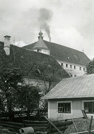 Hartheim Castle with smoke billowing over the roof (Wolfgang Schuhmann)