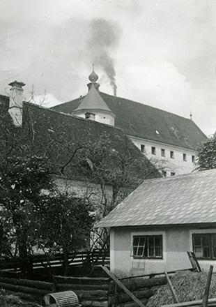 Le château d'Hartheim avec une colonne de fumée au-dessus du toit (Crédits photographiques : Wolfgang Schuhmann)