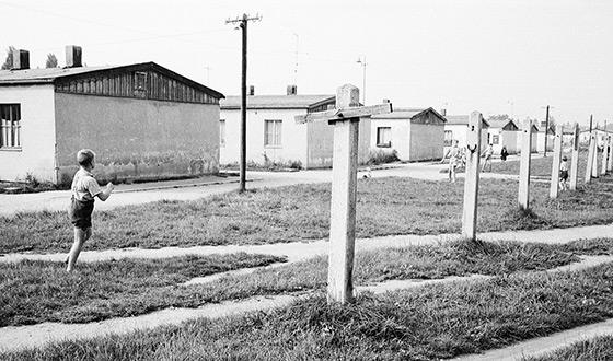 Des enfants jouent sur la pelouse à côté des anciennes baraques du camp (Crédits photographiques : Mémorial du camp de Dachau)