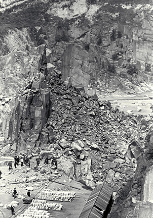 An enormous quarry with comparably small men, forced to work with their bare hands (Bildrechte: Federal archives/Museu d'Historia de Catalunya, Barcelona)