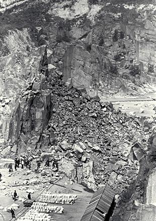 Na tle wielkiego kamieniołomu drobne sylwetki ludzi pracujących bez użycia jakichkolwiek maszyn (Archiwum Narodowe/Museu d'Historia de Catalunya, Barcelona)