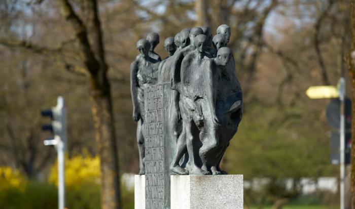 Il monumento mostra detenuti dimagriti che riescono a reggersi in piedi con le ultime forze rimaste.
