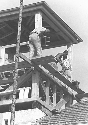 Three prisoners working on the timber frame of the guard tower they were forced to build on the Jourhaus, SS propaganda photo (Bundesarchiv)