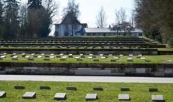 Terrassen·gräber auf dem Wald·fried·hof. Das Foto ist von 2017. (KZ-Gedenk·stätte Dachau)