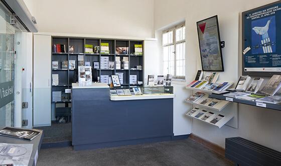 Blick in die Buchhandlung des CID, die sich am Anfang der Hauptausstellung befindet