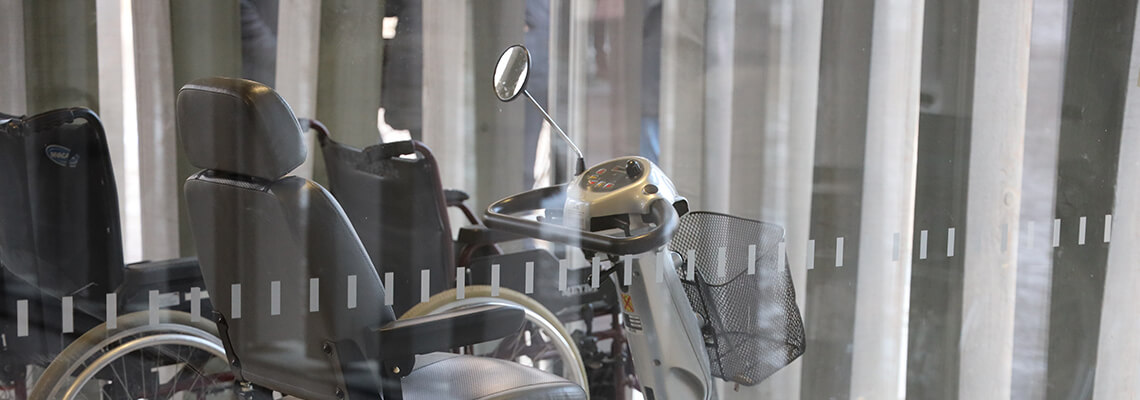 Foto von einem E-Mobil und Rollstühlen im Eingangsbereich des Besucherzentrums