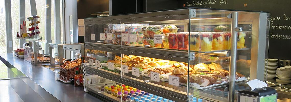 Foto mit Blick auf den Ausgabetresen mit dem Speise- und Getränkeangebot des Bistros