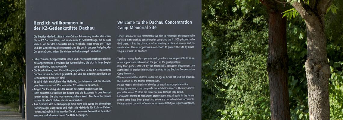 תצלום לוח המתכת הממוקם באזור הכניסה לאתר ההנצחה של מחנה הריכוז דכאו, שעל גביו מצוינים כללי הביקור במקום