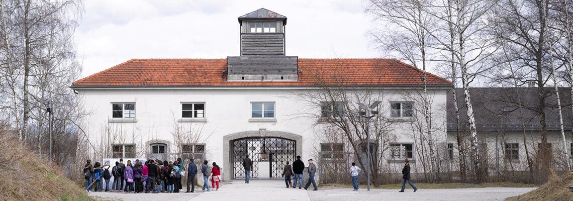 Jourhaus, dawne wejście do obozu, przed którym stoi grupa zwiedzających