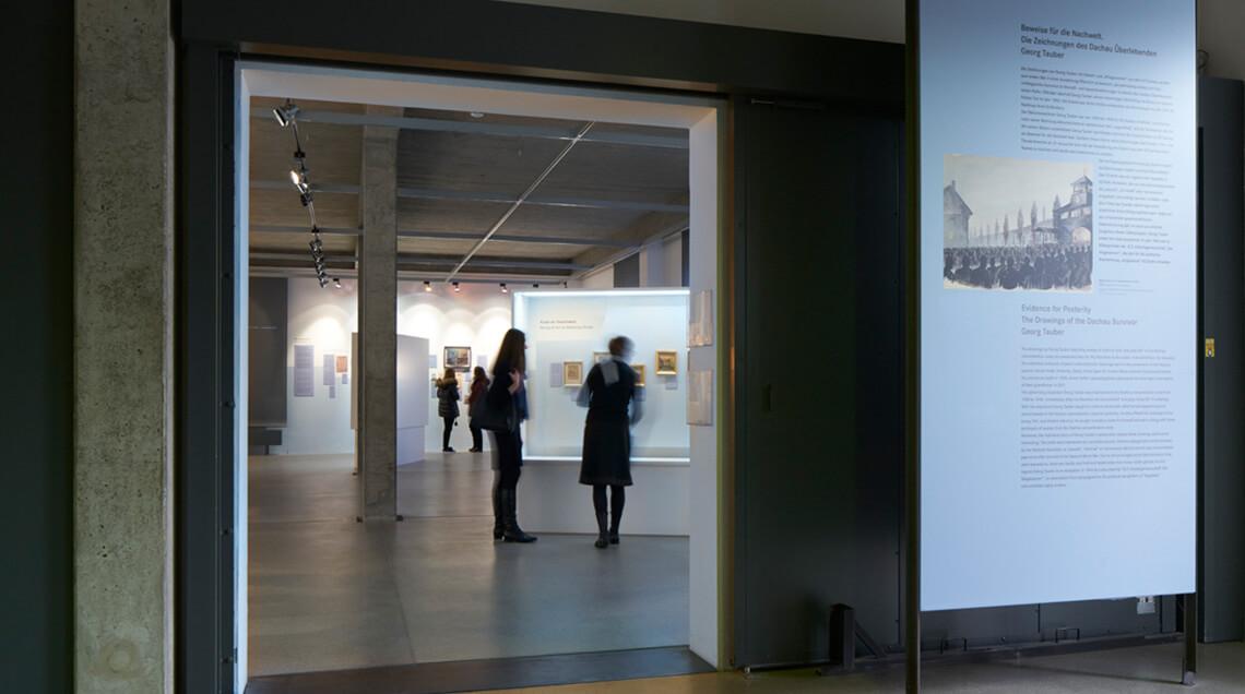 Blick vom Eingang aus in die Ausstellung, die sich Besucherinnen und Besucher ansehen