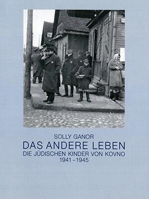 """Das Cover des Ausstellungskatalogs """"Solly Ganor – Das andere Leben"""" zeigt eine Fotografie von einigen jüdischen Männern und Frauen, die an einer Straßenecke stehen. In der Bildmitte ist ein Junge mit einer großen Schüssel zu sehen."""