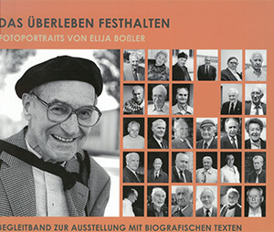 """Cover des Ausstellungskatalogs """"Das Überleben festhalten – Fotoportraits von Elija Boßler"""", darauf sind 25 kleine Portrait-Bilder in schwarz-weiß von überlebenden Männern und Frauen zu sehen."""