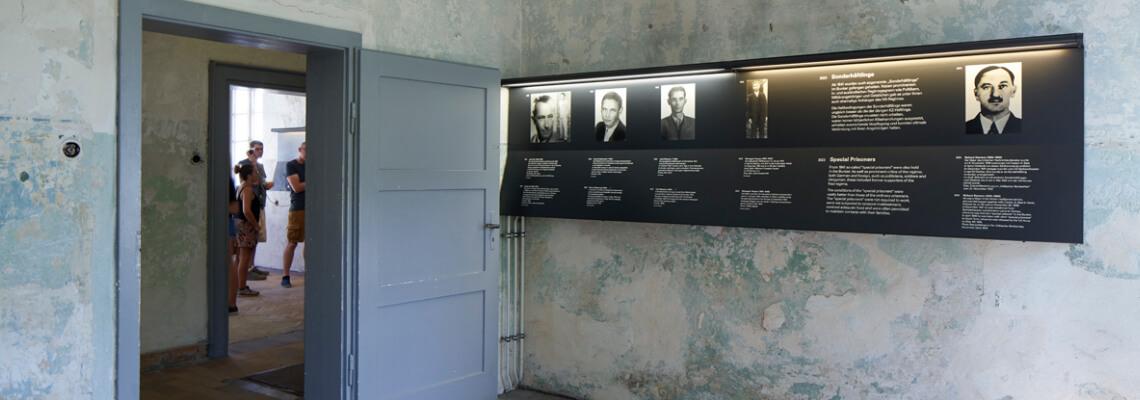 Ausstellungstafeln im ehemaligen Lagergefängnis