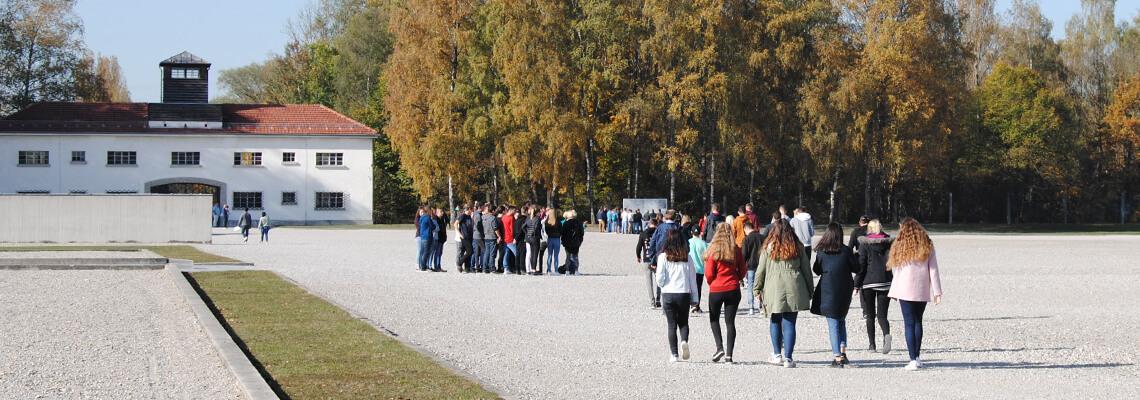 Schülerinnen und Schüler bei geführten Rundgängen für Gruppen und Schulklassen