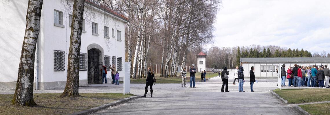 Besucherinnen und Besucher auf dem Gelände des ehemaligen Häftlingslagers, das heute zentraler Bereich der Gedenkstätte ist.