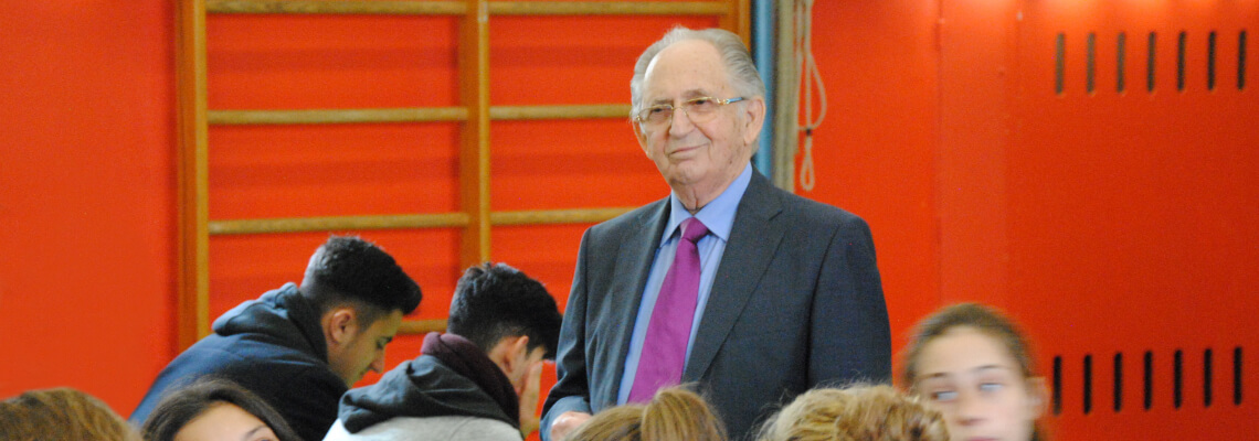 Der Dachauer Zeitzeuge Abba Naor berichtet Schülerinnen und Schülern von seinem Schicksal.