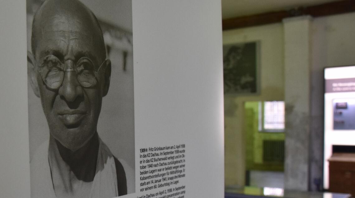 NS-Propagandaaufnahme des Kabarettisten Fritz Grünbaum in der Hauptausstellung der KZ-Gedenkstätte Dachau