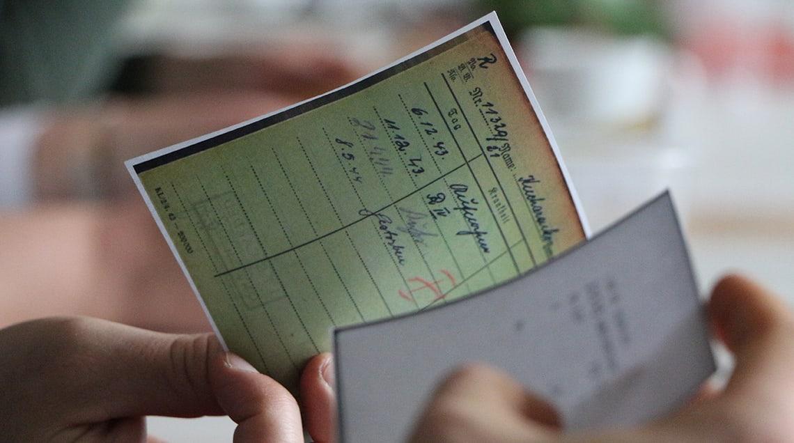 Nahaufnahme von reproduzierten Dokumenten aus der Verwaltung des KZ Dachau