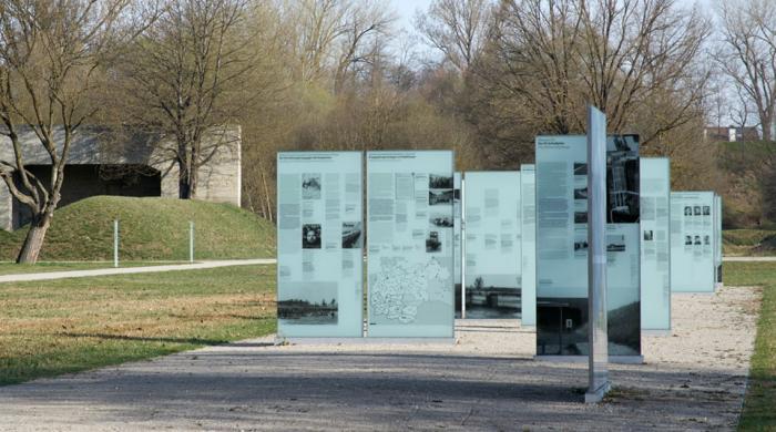 """Ausstellungstafeln auf dem Gelände des ehemaligen """"SS-Schießplatz Hebertshausen"""""""