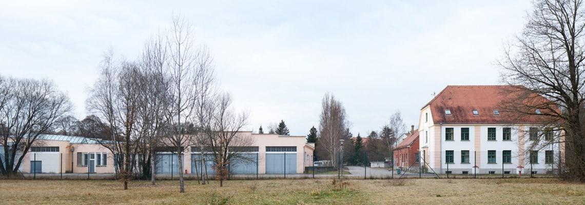 Blick vom ehemaligen Jourhaus zur ehemaligen Kommandantur und verschiedenen ehemaligen Werkstätten des KZ Dachau