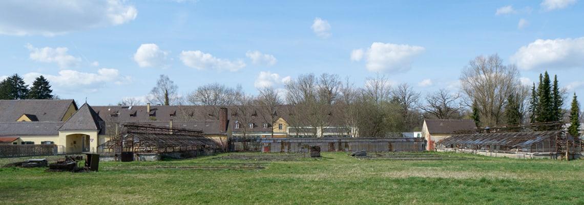 """Blick auf die ehemaligen SS-Versuchsgüter, von den Häftlingen als """"Plantage"""" bezeichnet.]"""