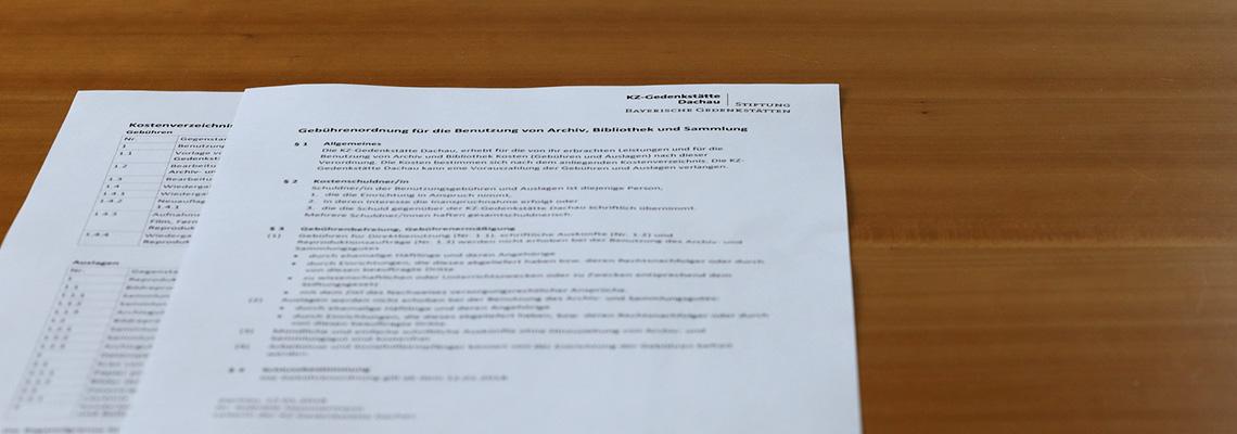 Eine ausgedruckte Gebührenordnung liegt auf einem Tisch.