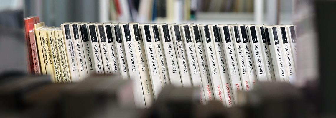 Zoom auf die Reihe der Dachauer Hefte, die in der Bibliothek stehen und von 1985 bis 2009 erschienen sind