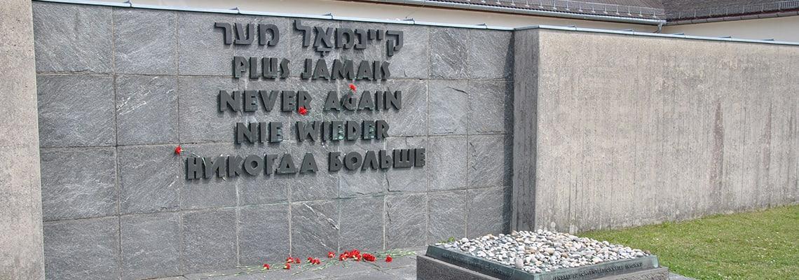 """Muro con l'iscrizione """"Mai più"""" che fa parte del monumento commemorativo internazionale del memoriale del campo di concentramento di Dachau"""
