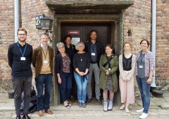 Die Projektbeteiligten vor dem Archiv des Staatlichen Museums Auschwitz-Birkenau