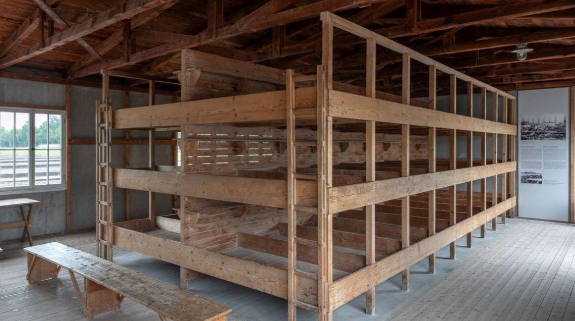 rekonstruierte Betten in einer der Baracken Im Lager Dachau