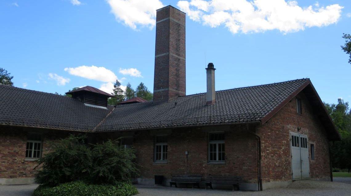 """Die sog. """"Baracke X"""" im Krematoriumsbereich der KZ-Gedenkstätte Dachau"""