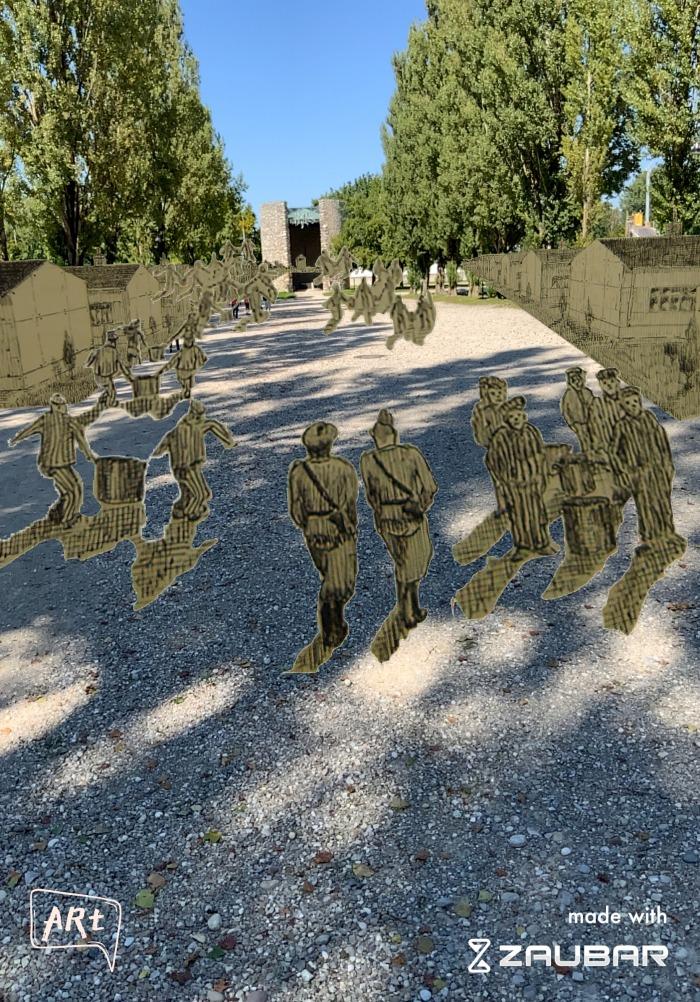 Szene an der Lagerstraße: eingeblendet Ausschnitte einer schwarz-weiß Zeichnung, KZ-Häftlinge und SS-Männer auf der Lagerstraße
